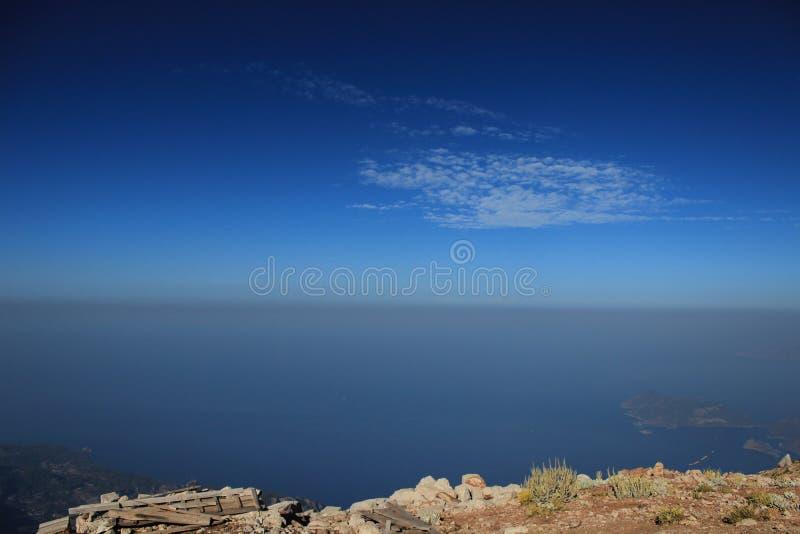 La vista de las montañas y del mar 2 fotos de archivo