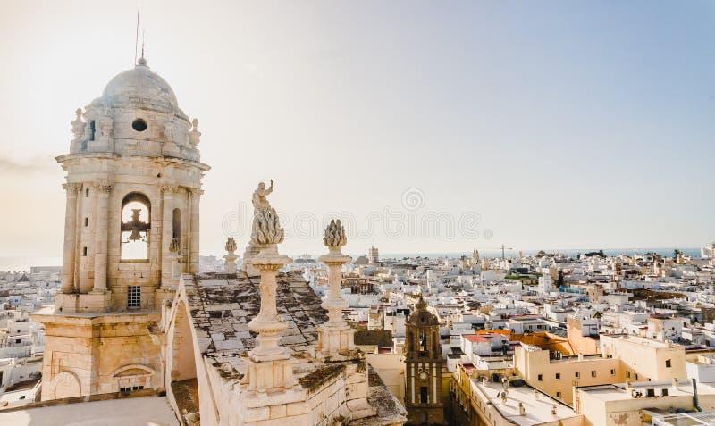 La vista de los tejados de Cádiz, España, del campanario de su catedral fotos de archivo libres de regalías