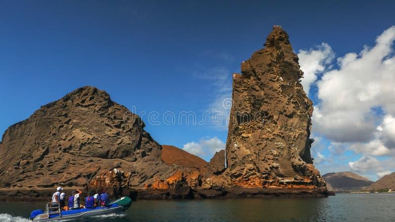 La vista de la roca del pináculo y un zodiaco en el bartolome del isla en las Islas Galápagos fotografía de archivo libre de regalías