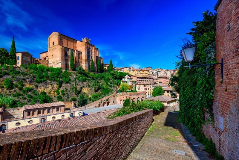 La vista de Siena y de la basílica de San Domenico Basilica Cateriniana es iglesia de la basílica en Siena, Toscana, Italia imagen de archivo libre de regalías