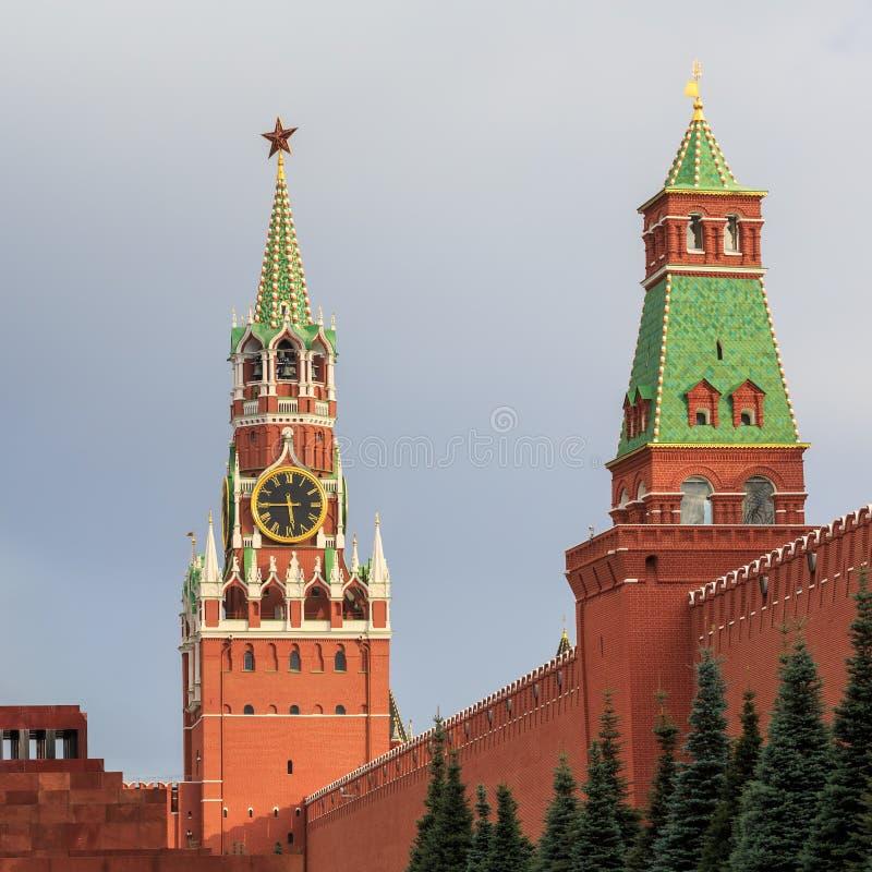 La vista de la torre de Spasskaya de la Moscú el Kremlin y el senado se eleva en una tarde caliente del verano fotografía de archivo