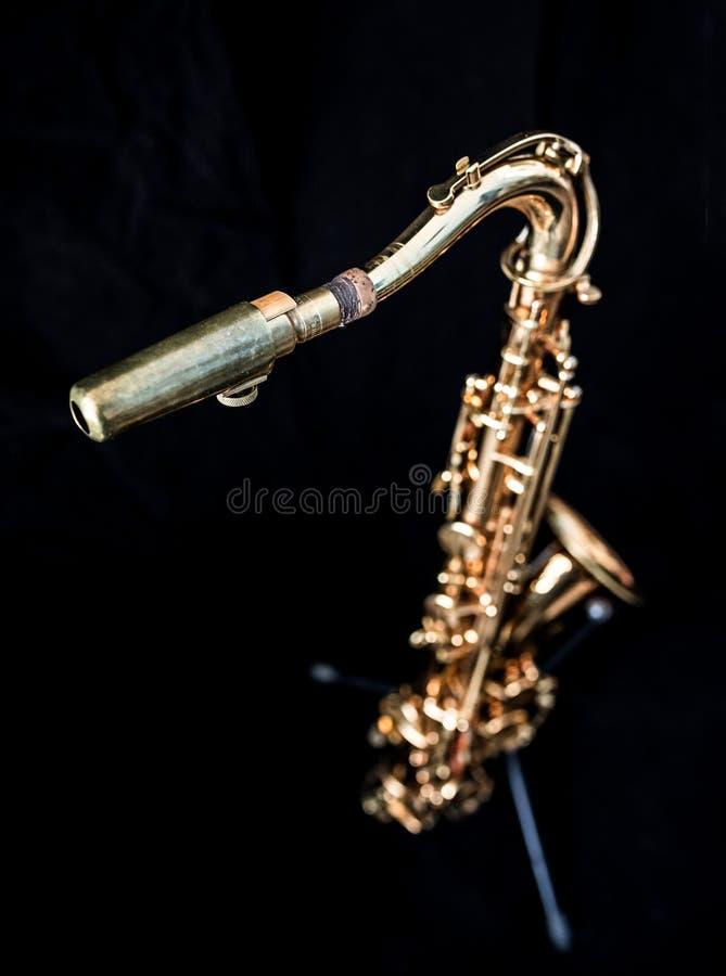 A la vista de una situación de oro del saxofón imágenes de archivo libres de regalías