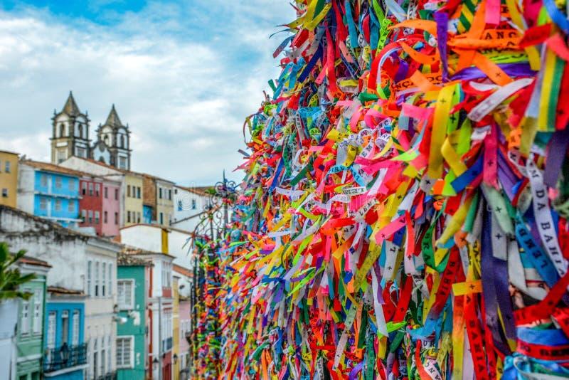 La vista dei nastri fortunati legati intorno a Igreja Nossa Senhora fa la chiesa di Bonfim immagini stock libere da diritti