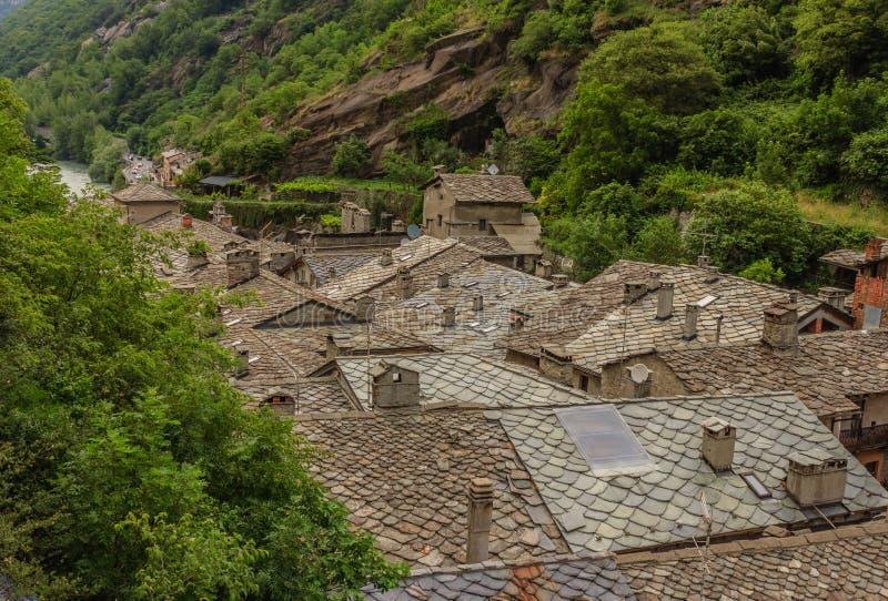 La vista dei tetti di pietra ha chiamato i tetti di losa di un villaggio valdostan antico in Italia immagine stock