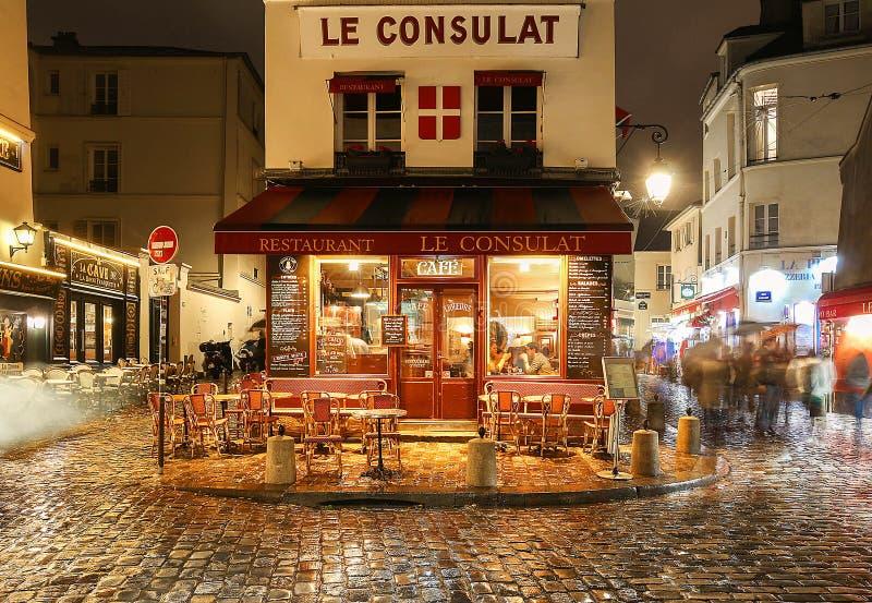 La vista del café típico Consulat de París en París, área de Montmartre, Francia fotos de archivo libres de regalías