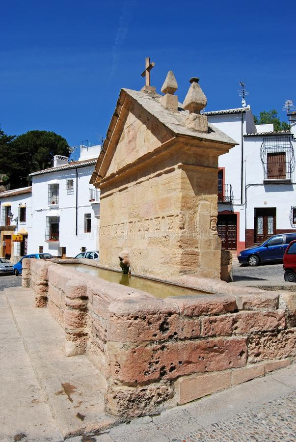 La vista del canal de consumición viejo llamó los ocho tubos en la ciudad vieja, Ronda, España imágenes de archivo libres de regalías
