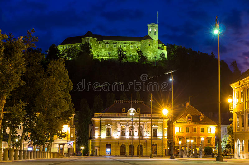 La vista del castillo y el congreso ajustan en Ljubljana, Eslovenia fotos de archivo libres de regalías