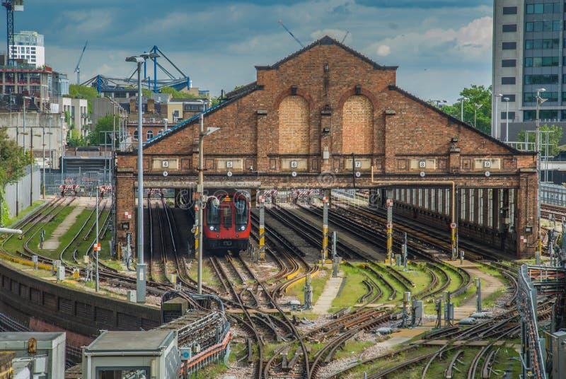 La vista del centro della stazione ferroviaria sulle piste del treno immagine stock