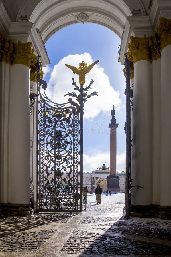 La vista del cuadrado del palacio, el arco del estado mayor general y la columna Alexandrian con un ángel con un abierto - molde  fotos de archivo libres de regalías