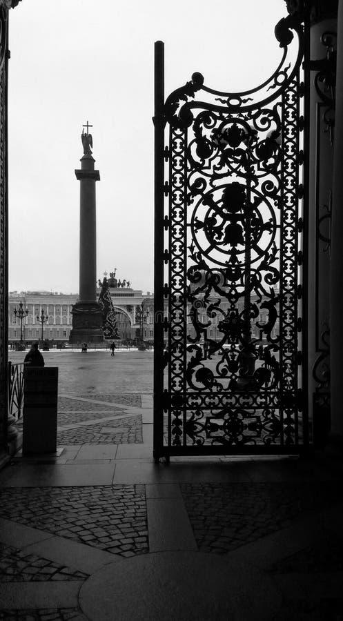 La vista del cuadrado del palacio y la columna Alexandrian con un ángel con un abierto - molde - planchan la puerta, St Petersbur imágenes de archivo libres de regalías