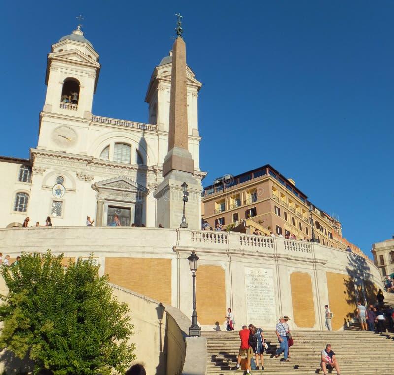 La vista del dei Monti de Trinita de la iglesia encima del español camina en Roma imágenes de archivo libres de regalías