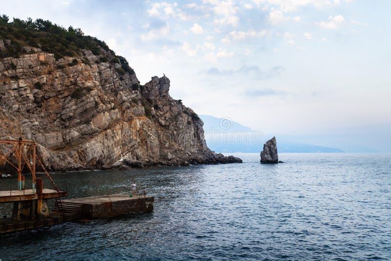 La vista del embarcadero y el Parus navegan la roca en el Mar Negro imagenes de archivo