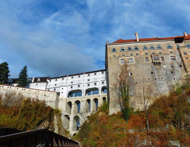 La vista del ½ Krumlov di ÄŒeskà ha mascherato il ponte ed il cortile del castello immagine stock