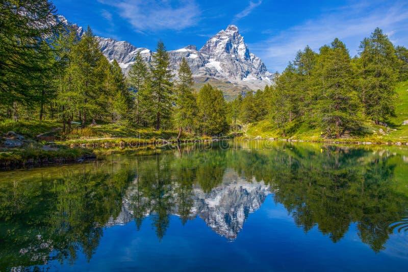La vista del lago azul Lago azul cerca de Breuil-Cervinia y Cervino montan Cervino en el ` Aosta, Italia de Val D fotografía de archivo