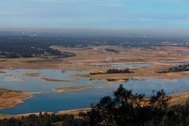 La vista del lago da brushfire ha effettuato le colline immagine stock