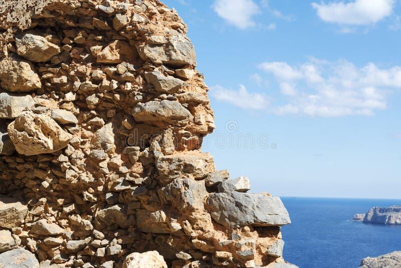 La vista del mar azul y el cielo del agujero en viejo practican obstruccionismo la pared foto de archivo libre de regalías