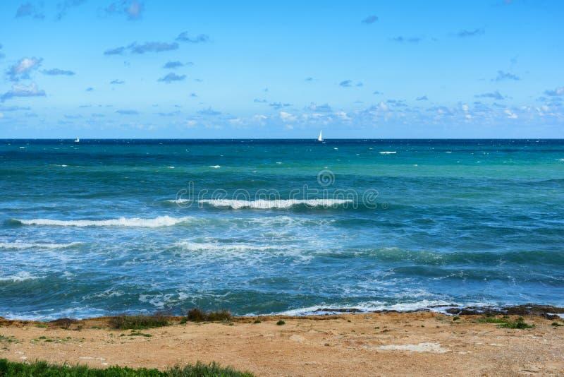 La vista del mar Mediterráneo moderado, ondas con el mar hace espuma foto de archivo libre de regalías