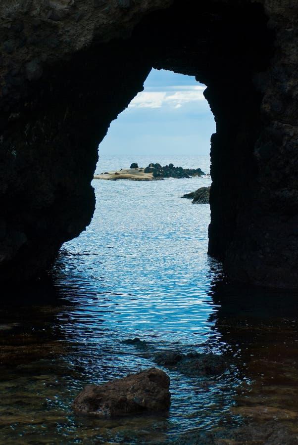 La vista del mare dalla caverna fotografia stock libera da diritti