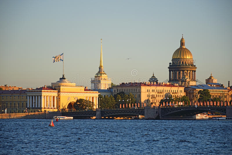 La vista del Ministerio de marina y de la catedral del St Isaac con las liebres es fotografía de archivo