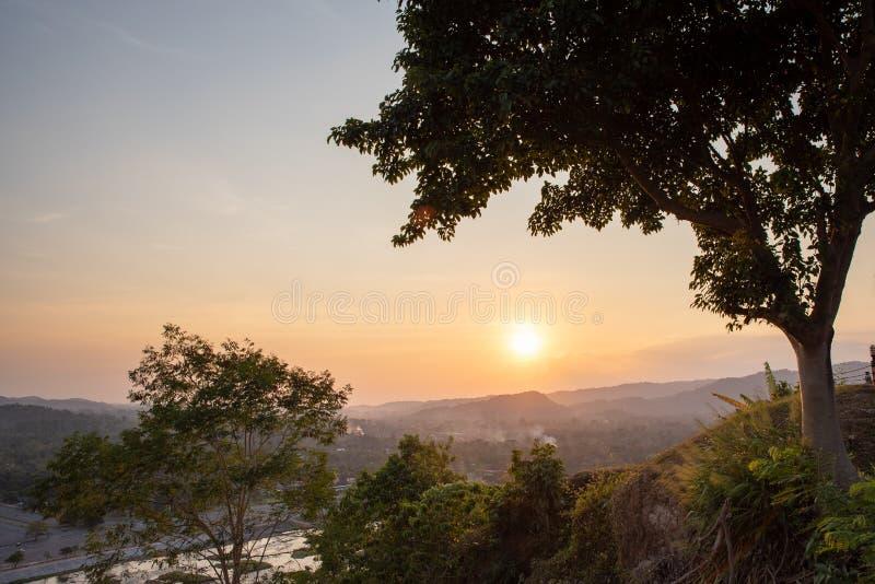 La vista del paesaggio ? bello Khun Dan Prakan Chon Dam, Nakhon Nayok, Tailandia fotografie stock