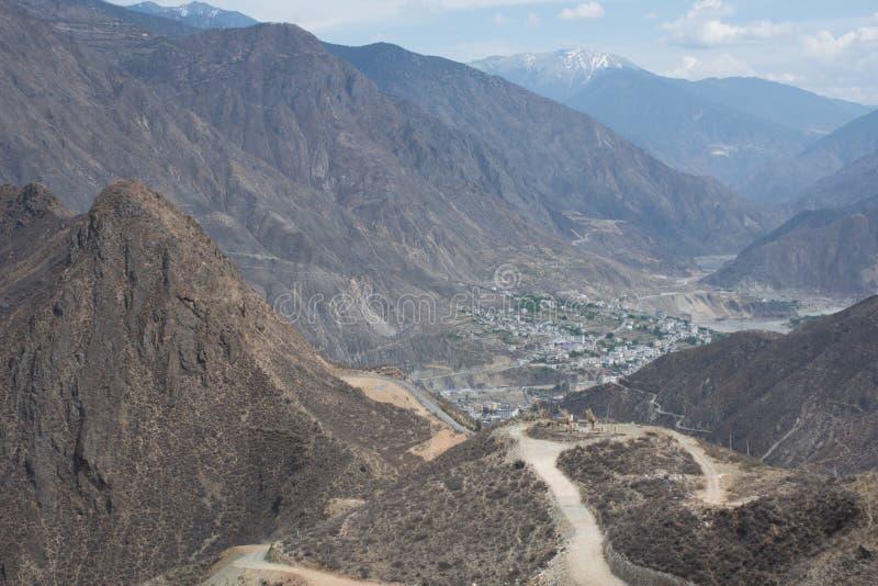 La vista del paesaggio della montagna e della città nel Yunnan Cina immagini stock libere da diritti