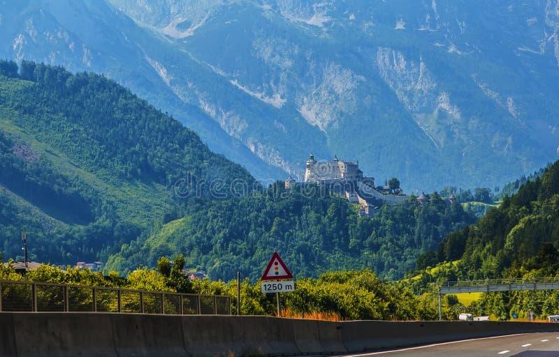 La vista del paesaggio del fondo del castello antico hohenwerfen fra le montagne fotografie stock