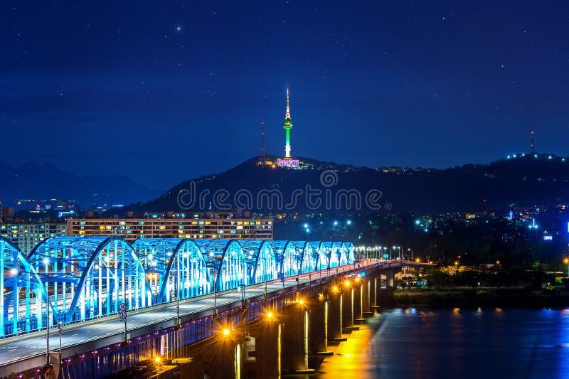 La vista del paisaje urbano céntrico en el puente de Dongjak y Seul se elevan sobre el río Han en Seul, Corea fotografía de archivo