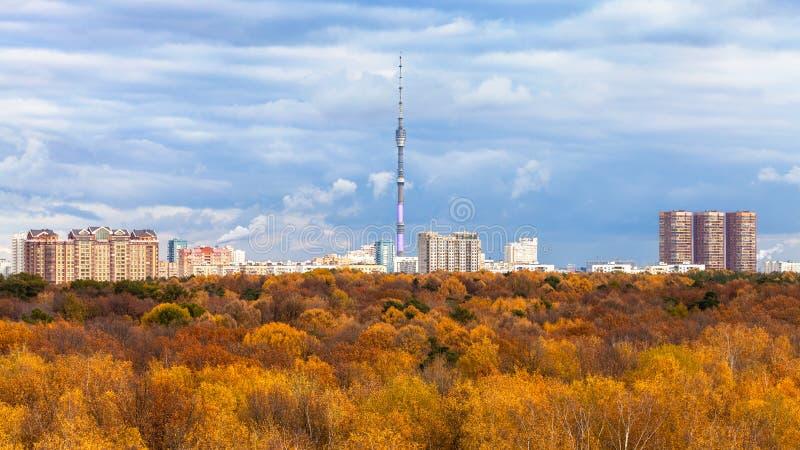 la vista del parco e la TV si elevano nella città di Mosca in autunno fotografia stock libera da diritti