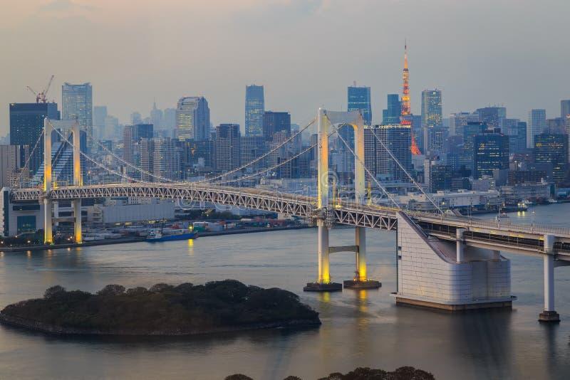 La vista del ponte della baia, dell'arcobaleno di Tokyo e di Tokyo si eleva immagine stock