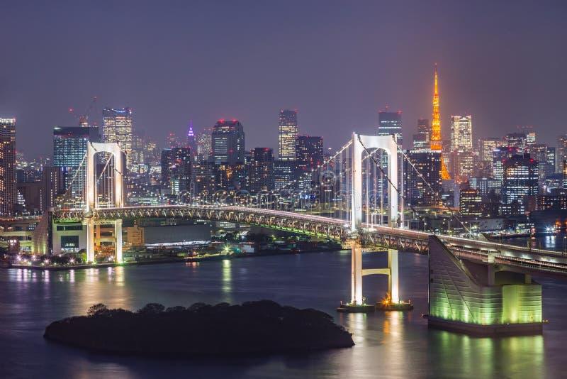 La vista del ponte della baia, dell'arcobaleno di Tokyo e di Tokyo si eleva fotografia stock