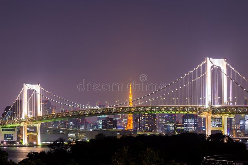 La vista del ponte della baia, dell'arcobaleno di Tokyo e di Tokyo si eleva immagini stock libere da diritti