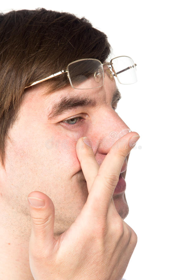 La vista del primo piano della a equipaggia l'occhio marrone mentre inserisce una c correttiva fotografie stock