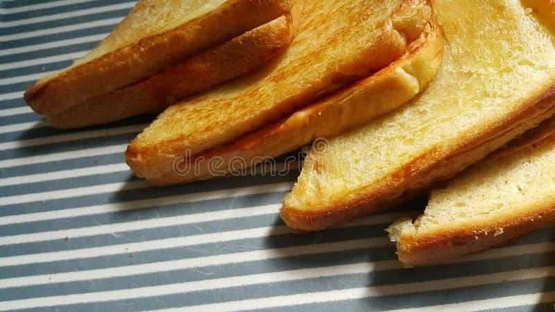 La vista del primo piano della met? appena preparato ha fritto le fette di pane del pane tostato fotografie stock