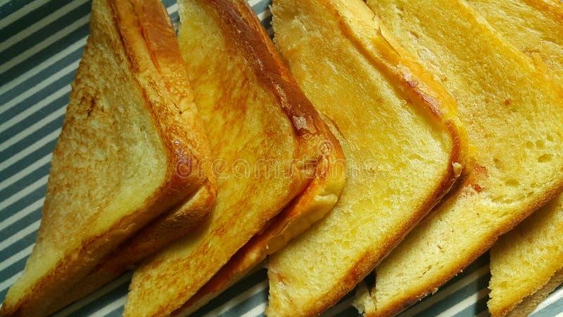 La vista del primo piano della met? appena preparato ha fritto le fette di pane del pane tostato fotografia stock libera da diritti