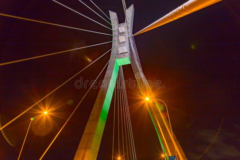 La vista del primo piano della torre della sospensione ed i cavi di Ikoyi gettano un ponte su Lagos Nigeria immagini stock libere da diritti