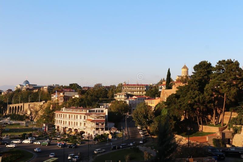 La vista del quadrato di Europa a Tbilisi con la cattedrale di Sameba ed il palazzo presidenziale nei precedenti immagine stock libera da diritti