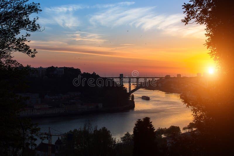 La vista del río del Duero de Jardins hace a Palacio de Cristal en la puesta del sol, Oporto fotografía de archivo
