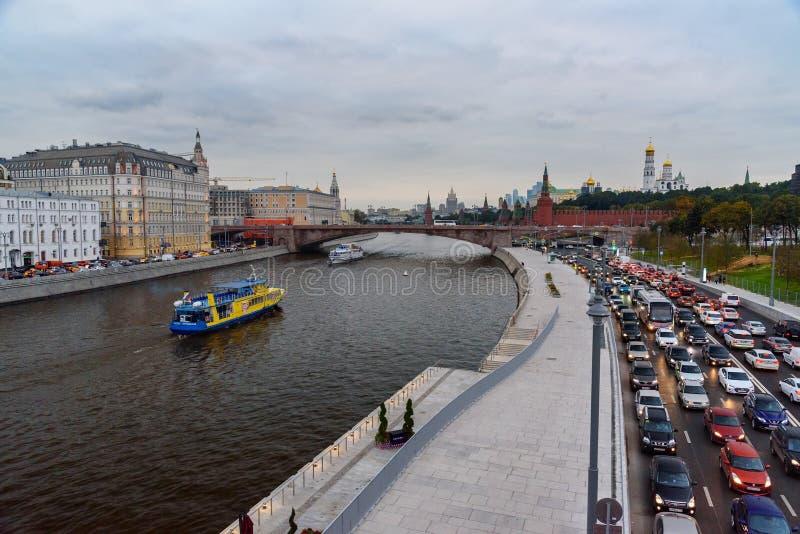 La vista del río del terraplén y de Moscú de Moskvoretskaya de Zaryadye parquea moscú Rusia fotos de archivo libres de regalías