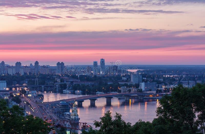 La vista del río y del puente de Dnieper en Kyiv en la puesta del sol foto de archivo libre de regalías