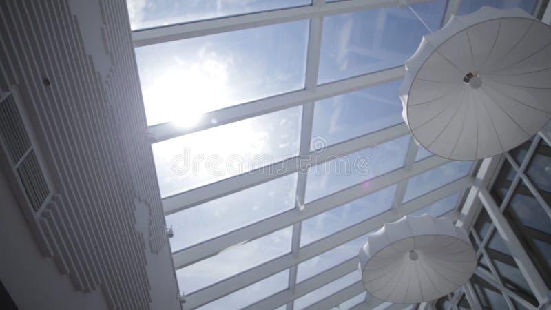 La vista del sol y el cielo azul a través de la ventana deslizan el movimiento claraboyas Visión desde la ventana Vista del cielo fotos de archivo libres de regalías