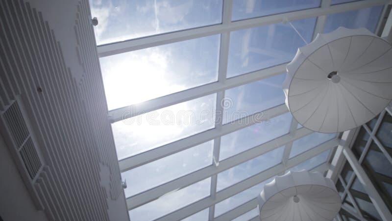 La vista del sol y el cielo azul a través de la ventana deslizan el movimiento claraboyas Visión desde la ventana Vista del cielo foto de archivo libre de regalías