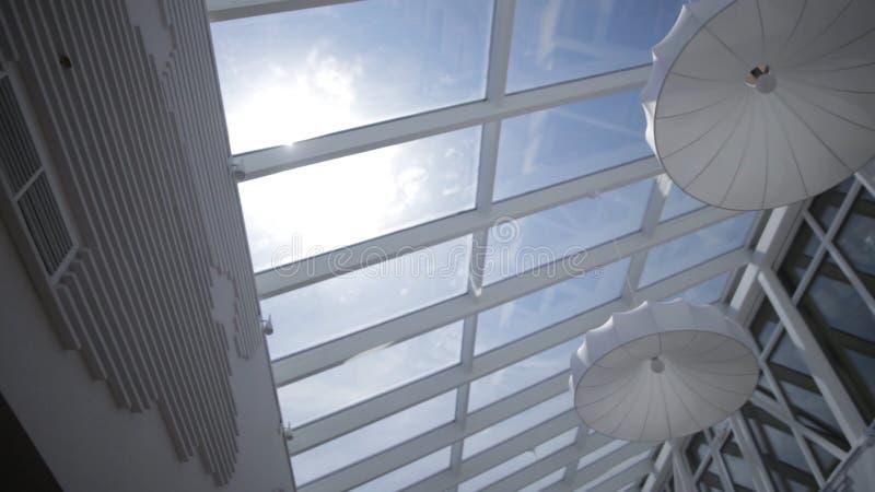 La vista del sol y el cielo azul a través de la ventana deslizan el movimiento claraboyas Visión desde la ventana Vista del cielo fotos de archivo