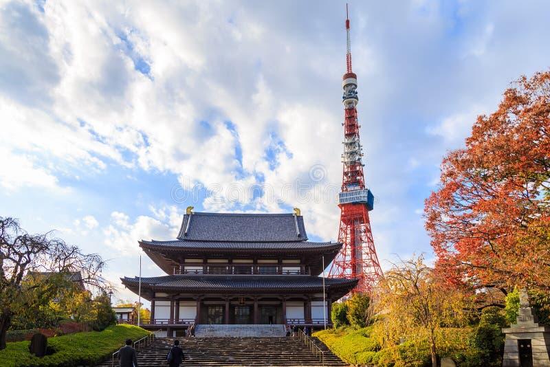 La vista del templo de Zojo-ji y Tokio se elevan, Tokio fotos de archivo libres de regalías