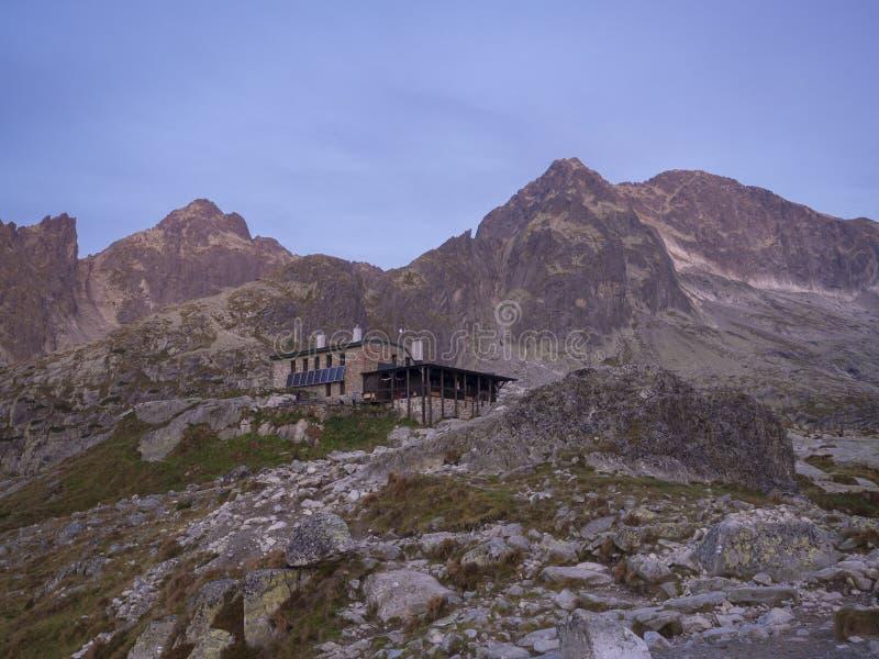 La vista del Teryho Chata en la salida del sol con rosa coloreó los picos de montaña y la naturaleza alrededor en las montañas es fotografía de archivo