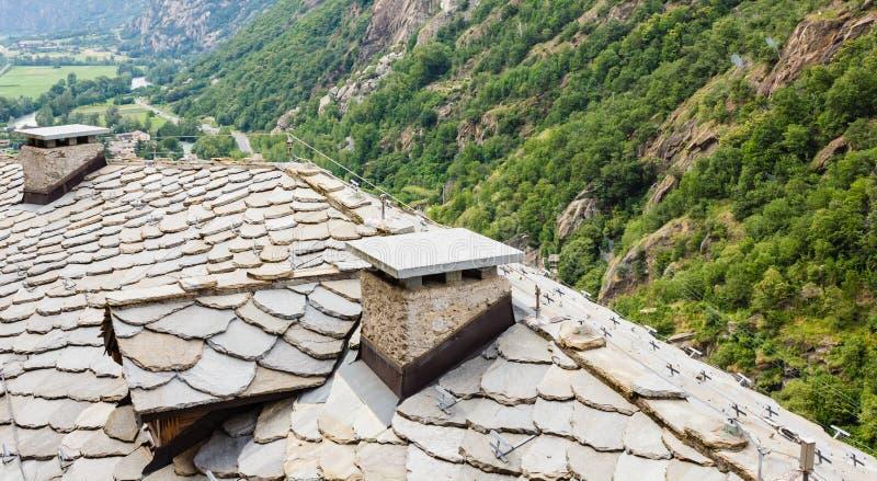La vista del tetto di pietra ha chiamato il tetto di losa di un villaggio valdostan antico in Italia immagini stock libere da diritti