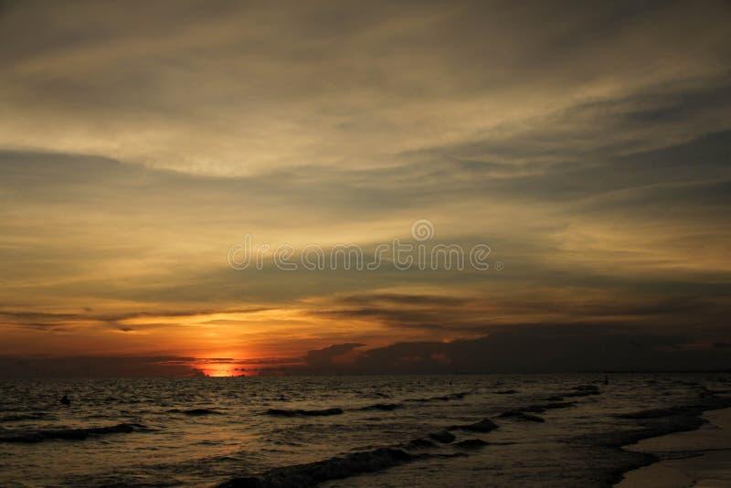 La vista del tramonto al mare fotografie stock