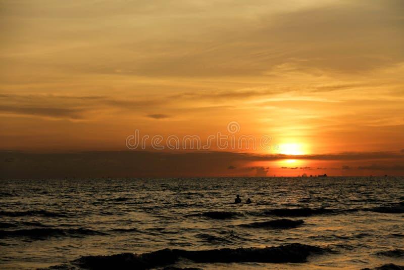 La vista del tramonto al mare immagini stock libere da diritti