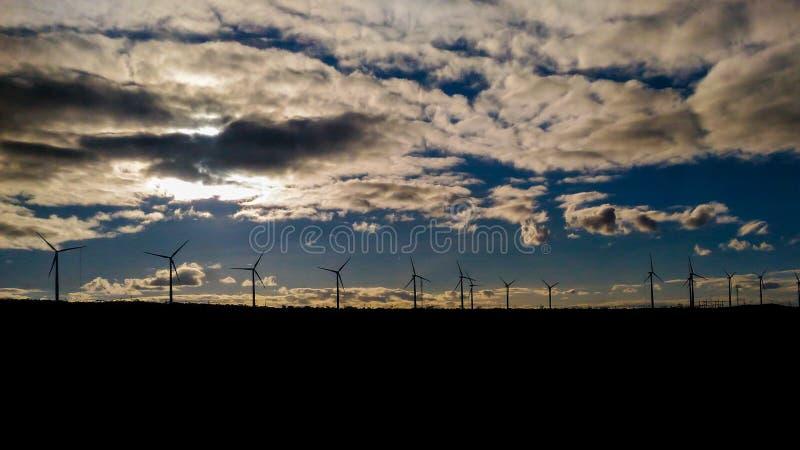 La vista del viento eléctrico se eleva en la ilustración y un cielo azul por completo de nubes fotos de archivo libres de regalías