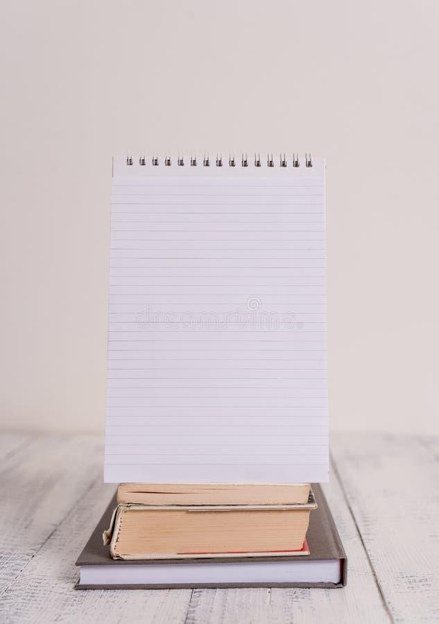 La vista delantera apil? fondo de madera r?stico de mentira espiral de la tabla del vintage retro del cuaderno de los libros el v fotografía de archivo libre de regalías