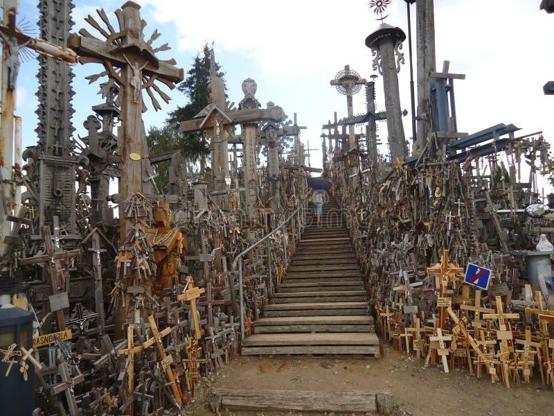 La vista delantera de la escalera de subir para arriba la colina de cruces cerca de Siauliai en Lithunia foto de archivo